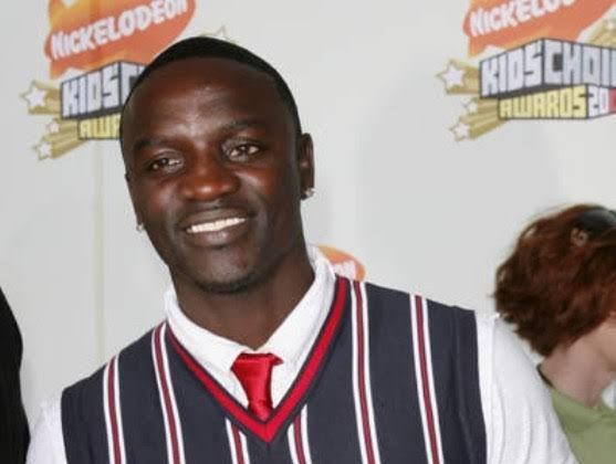 Akon Seen Eating Roasted Corn On The Streets Of Lagos (Video)