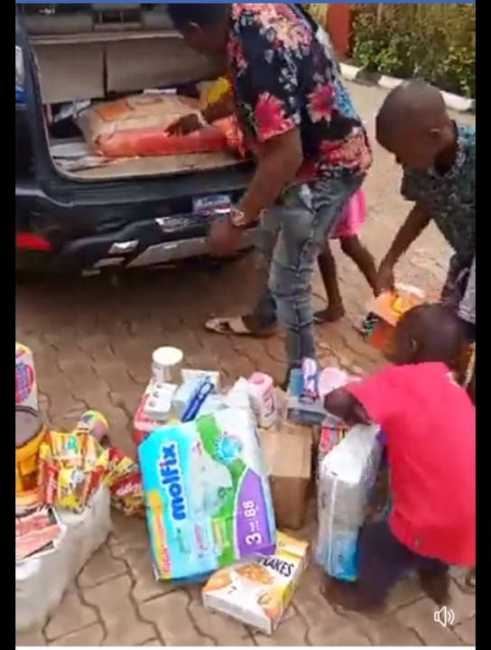 Native Doctor Visits Orphanage Home In Delta, Donates Gifts (Photos) 5