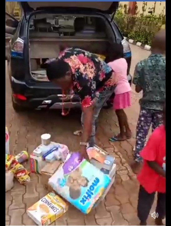 Native Doctor Visits Orphanage Home In Delta, Donates Gifts (Photos) 6