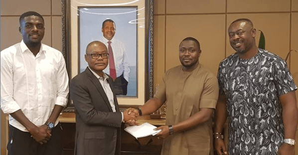 #AFCON2019: Aliko Dangote Delivers His $50,000 Per Goal Promise To Super Eagles (Photo)