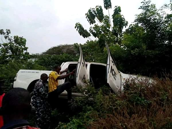 Civilians Rescue Police Officers Involved In Accident In Ebonyi (Photos) 3