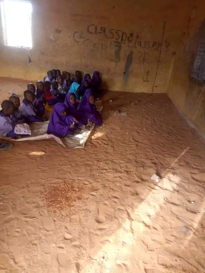 See Primary School In Kebbi Where Pupils Sit On Bare Floor (Photos) 9