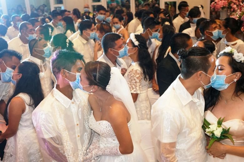220 Filipino couples kiss while wearing face masks at a government-sponsored mass wedding (photos)