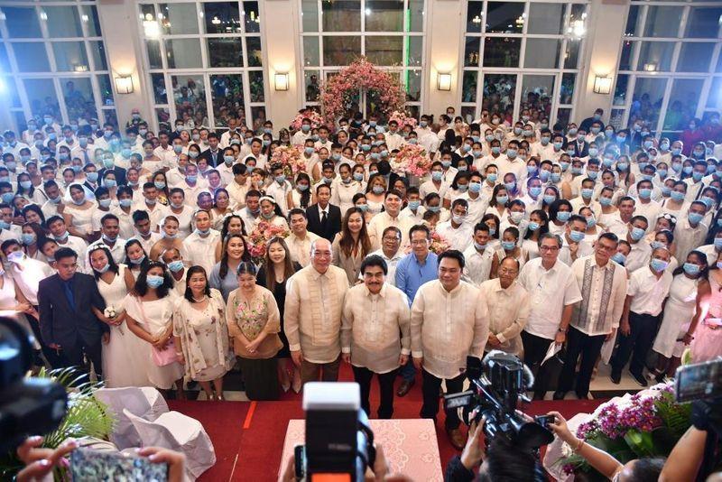 Coronavirus: 220 Filipino Couples Kiss Wearing Face Masks At A Mass Wedding Ceremony (Photos)