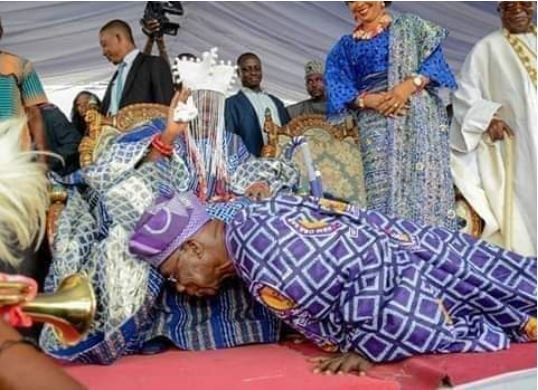 See The Moment Obasanjo Prostrated For 59-Year-Old Monarch In Ogun (Photo)