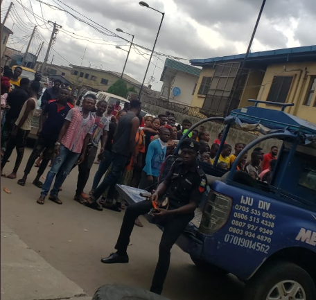 Marlians Ignore Lockdown Order, Storm Court To Show Support For Naira Marley (Photos) 10