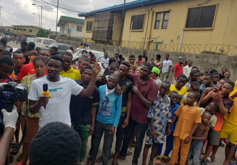 Marlians Ignore Lockdown Order, Storm Court To Show Support For Naira Marley (Photos) 12