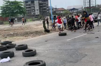 Delta Youths Beat Up Soldiers After A Soldier Enforcing Lockdown Order Shot A Man Dead (Video)