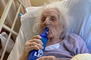 103-Year-Old US Grand Mother Celebrates Recovery From COVID-19 By Drinking Beer 4