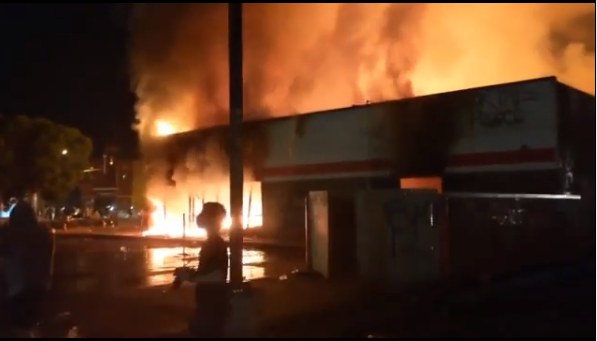 George Floyd's Death: Protesters Loot Malls, Burn Buildings In Minneapolis (Video) 15