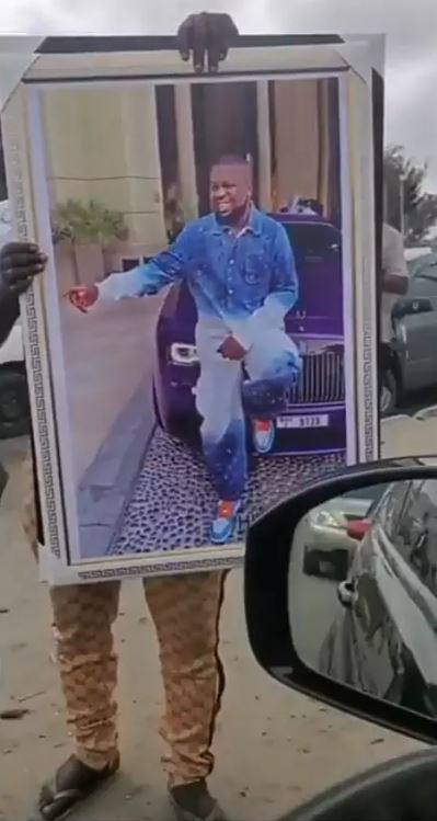 Man Seen Selling Framed Photo Of Hushpuppi For N30,000 In Lagos Traffic (Photos/Video) 9