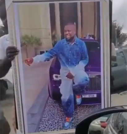 Man Seen Selling Framed Photo Of Hushpuppi For N30,000 In Lagos Traffic (Photos/Video)