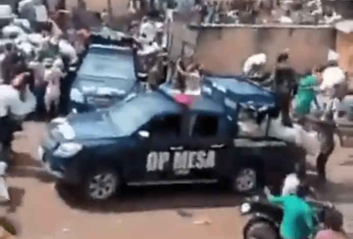 Policemen Join Youths In Moving Hidden Coronavirus Palliatives From Lagos Warehouse (Video)