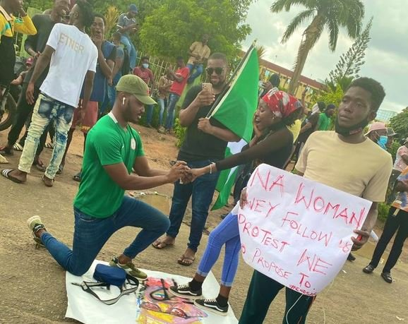 Man Proposes To His Girlfriend During EndSARS Protest At Alausa, Ikeja (Photos)